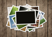Pile de photographies au fond en bois Photographie stock libre de droits