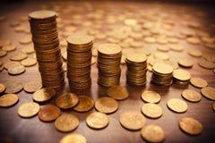 Pile de pièce de monnaie sur le bacground noir Photos libres de droits