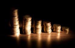 Pile de pièce de monnaie sur le bacground noir Photo libre de droits