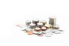 Pile de pièce de monnaie sur le fond blanc Images libres de droits