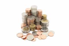 Pile de pièce de monnaie sur le fond blanc Photo libre de droits