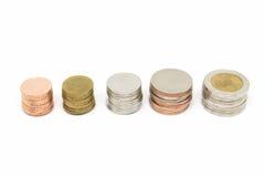 Pile de pièce de monnaie sur le fond blanc Photographie stock libre de droits