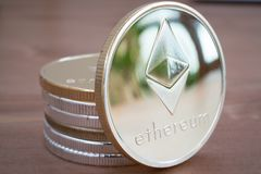 Pile de pièce de monnaie d'Ethereum argenté sur le fond en bois Photo stock