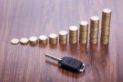 Pile de pièces de monnaie avec la clé photo libre de droits