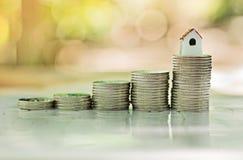 Pile de pièces de monnaie, concept d'hypothèque Argent et maison Images stock