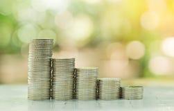 Pile de pièces de monnaie, photographiée sur un fond de nature Photos libres de droits