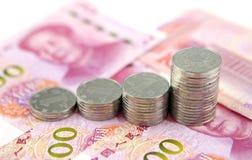 Pile de pièces de monnaie sur des yuans de la Chine Image stock