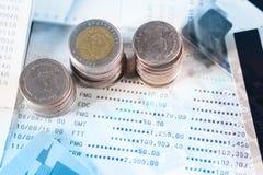 Pile de pièces de monnaie sur le compte d'économie avec la carte de crédit image libre de droits