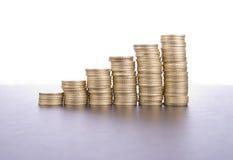 Pile de pièces de monnaie sur le fond blanc Images stock