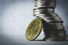 Pile de pièces en argent sur le blanc Images stock