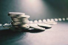 Pile de pièces en argent sur le vintage Images libres de droits