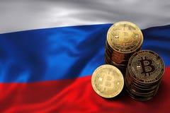 Pile de pièces de monnaie de Bitcoin sur le drapeau russe Situation de Bitcoin et d'autres cryptocurrencies en Russie Image libre de droits