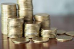 Pile de pièces de monnaie d'or, pièce de monnaie d'argent de pile pour élever vos affaires photographie stock libre de droits