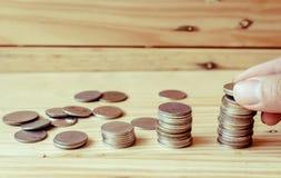 Pile de pièces de monnaie dans l'élevage ou le succès Images libres de droits