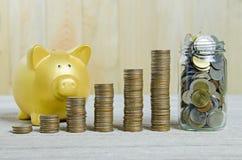 Pile de pièces de monnaie, enregistrant le concept de plan images stock