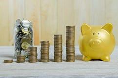 Pile de pièces de monnaie, enregistrant le concept de plan photographie stock