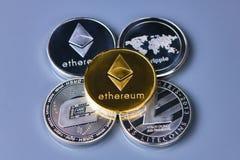 Pile de pièces de monnaie ou d'ethereum d'éther sur le fond d'or images stock