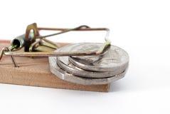 Pile de piège d'argent de pièces de monnaie emprisonnées dans une souricière à clapet Photos stock