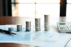 Pile de pile de pi?ces de monnaie sauvant l'argent et la planification concept financier, de comptabilit? ou d'investissement images libres de droits