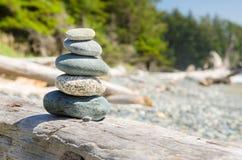 Pile de pierre équilibrée sur une plage abandonnée images stock