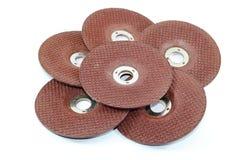 Pile de pierre abrasive de disques pour le métal rectifiant d'isolement sur le fond blanc Photographie stock libre de droits