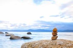 Pile de pierre de zen de rivage Photographie stock libre de droits