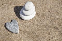 Pile de pierres de caillou tout bien pesé sur la plage Photos stock