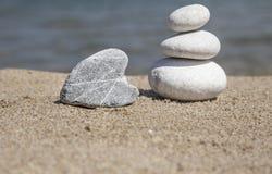 Pile de pierres de caillou tout bien pesé sur la plage Photos libres de droits