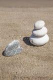Pile de pierres de caillou tout bien pesé sur la plage Image libre de droits