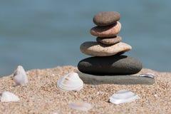 Pile de pierres sur la plage Photographie stock libre de droits