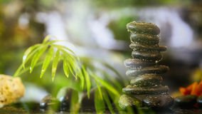 Pile de pierres de zen sur le fond abstrait image stock