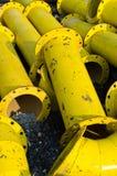 Pile de pipe en acier jaune images libres de droits