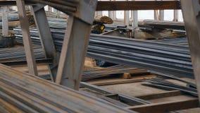 Pile de pipe en métal sur l'entrepôt clips vidéos