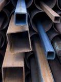 Pile de pipes en acier rouillées Photographie stock libre de droits