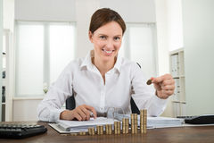 Pile de Placing Coin To de femme d'affaires de pièces de monnaie photos libres de droits