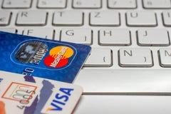 Pile de plan rapproché des cartes de crédit, du payWawe de visa et du MasterCard Images stock