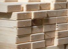 Pile de planches en bois de pin Images stock