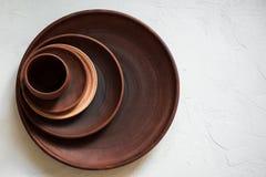 Pile de plats de poterie de terre sur un fond blanc images libres de droits