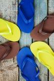Pile de plusieurs paires de bascules électroniques en caoutchouc multicolores sur un b Image libre de droits