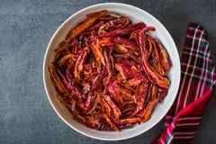 Pile de poivre de Cayenne rouge sec de piment ou de piments dans la cuvette image stock