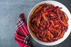 Pile de poivre de Cayenne rouge sec de piment ou de piments dans la cuvette photos libres de droits