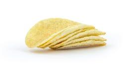 Pile de pommes chips sur le fond blanc Images stock