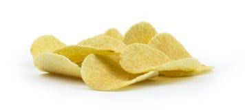 Pile de pommes chips sur le fond blanc Image stock