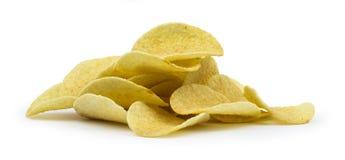 Pile de pommes chips sur le fond blanc Image libre de droits