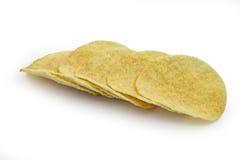 Pile de pommes chips sur le fond blanc Images libres de droits