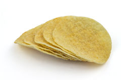 Pile de pommes chips sur le fond blanc photos stock