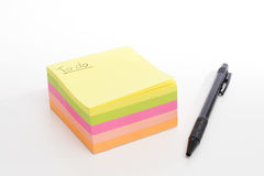 Pile de post-it sur le fond blanc sans couture avec le stylo noir photo stock