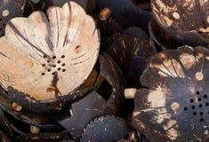Pile de pots de fleur vides faits de noix de coco sèches Image libre de droits