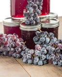 Pile de pots de gelée avec des raisins Photos stock