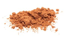 Pile de poudre de cacao sur le fond blanc Photographie stock libre de droits